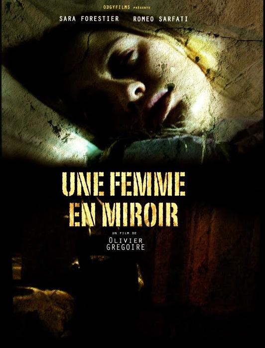 Une femme en miroir affiche